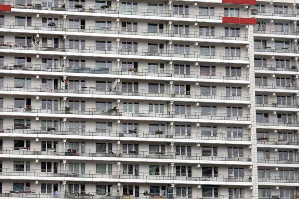 Aus einem der Hochhäuser auf der Leipziger Straße stürzte die Frau in den Tod (Archivbild).