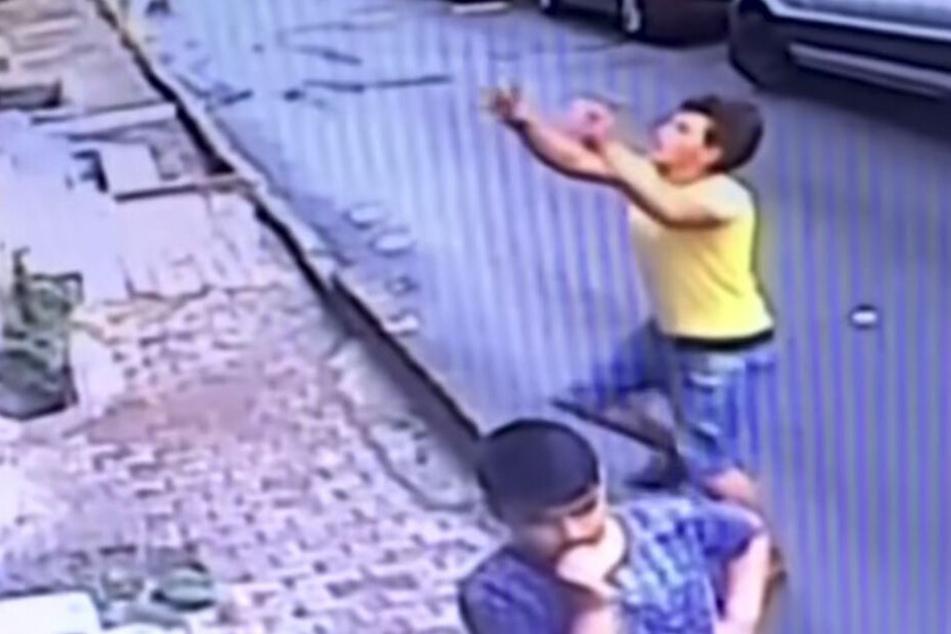 Mädchen (2) fällt aus zweitem Stock, doch ein Mann versucht sie zu fangen