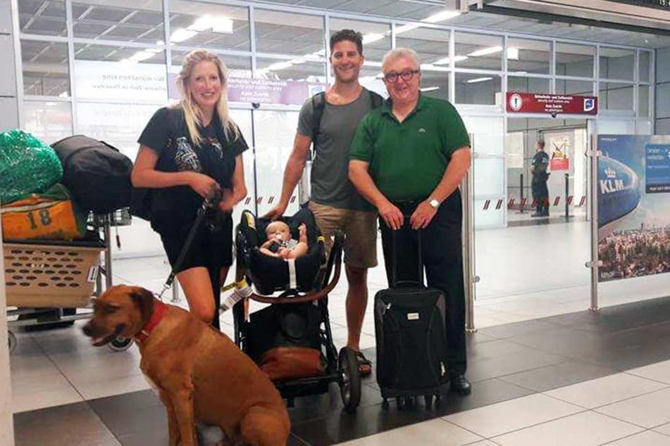 Familie Siddall bei ihrer Ankunft in Dresden mit Geschäftsführer Volker Schnabel.