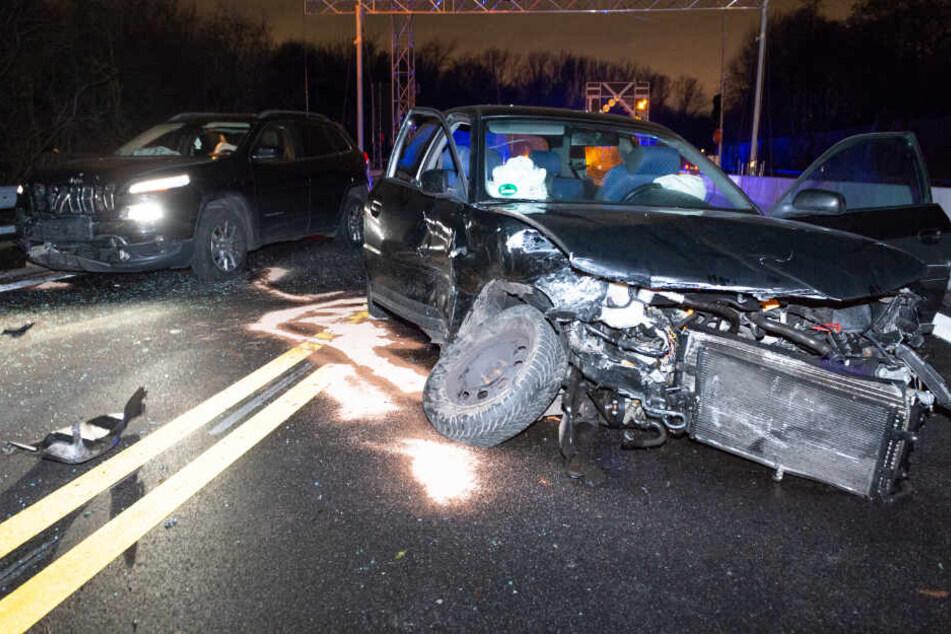 Die beteiligten Fahrzeuge waren stark beschädigt.