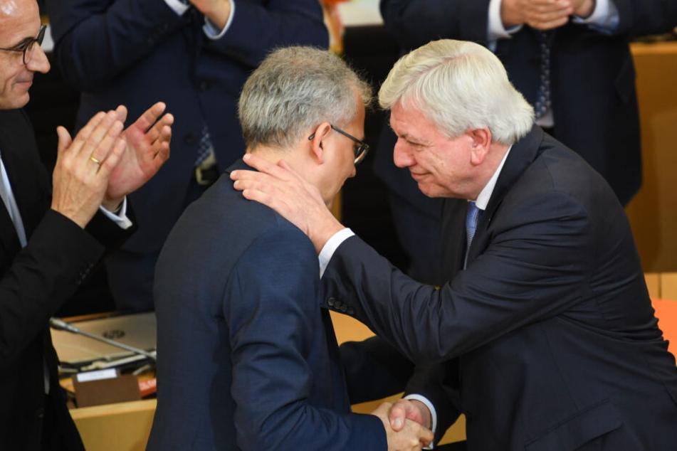 Tarek Al-Wazir gratuliert Volker Bouffier (rechts).