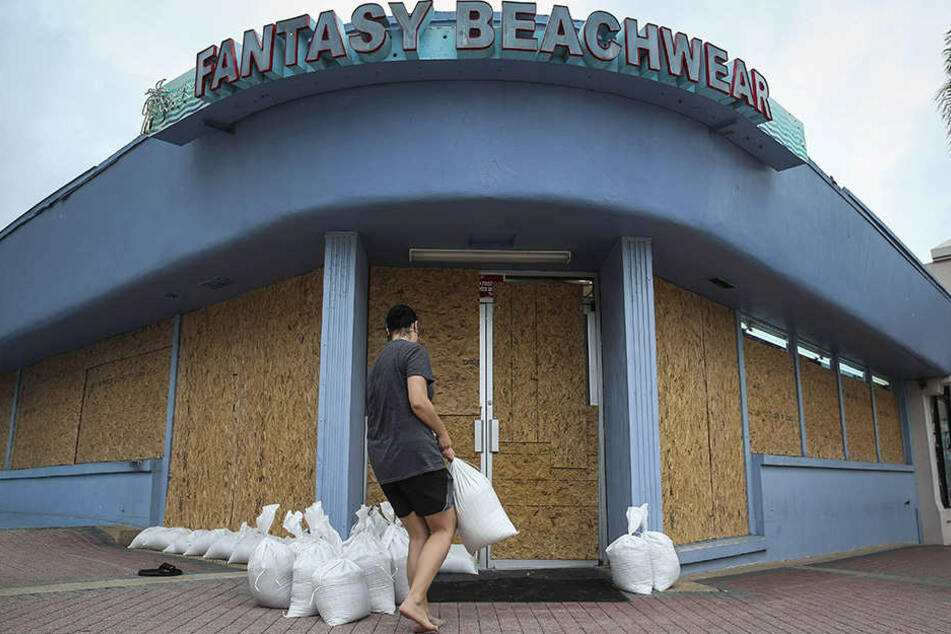 Schwerste Sturmfluten, Überschwemmungen, Zerstörungen, heftiger Regen und Stromausfälle werden in den nächsten Stunden erwartet.