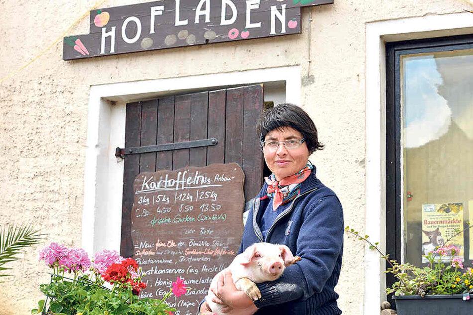 Bäuerin Friede (40) aus Gröbern hält ein Meissner Landschwein im Arm.