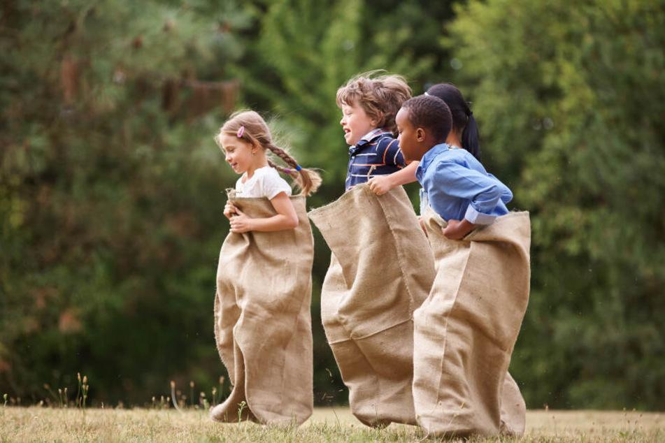 Auf Kinder-Partys vermutlich noch beliebter als Sackhüpfen: Schnitzeljagden! Und manchmal werden dabei tatsächlich verschollene Schätze ausgegraben. (Symbolbild)