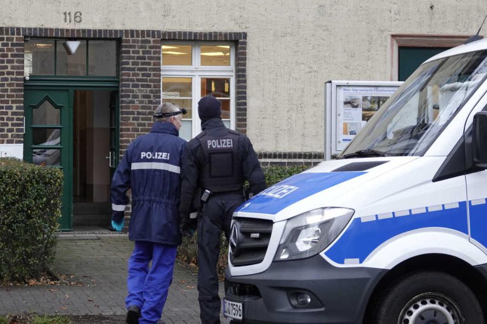 Die Polizisten durchsuchten ein Wohnhaus.