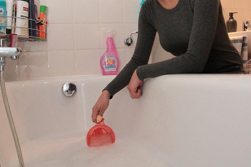 Mit so einem Becher sollte die Mieterin ihre verstopfte Badewanne leeren.