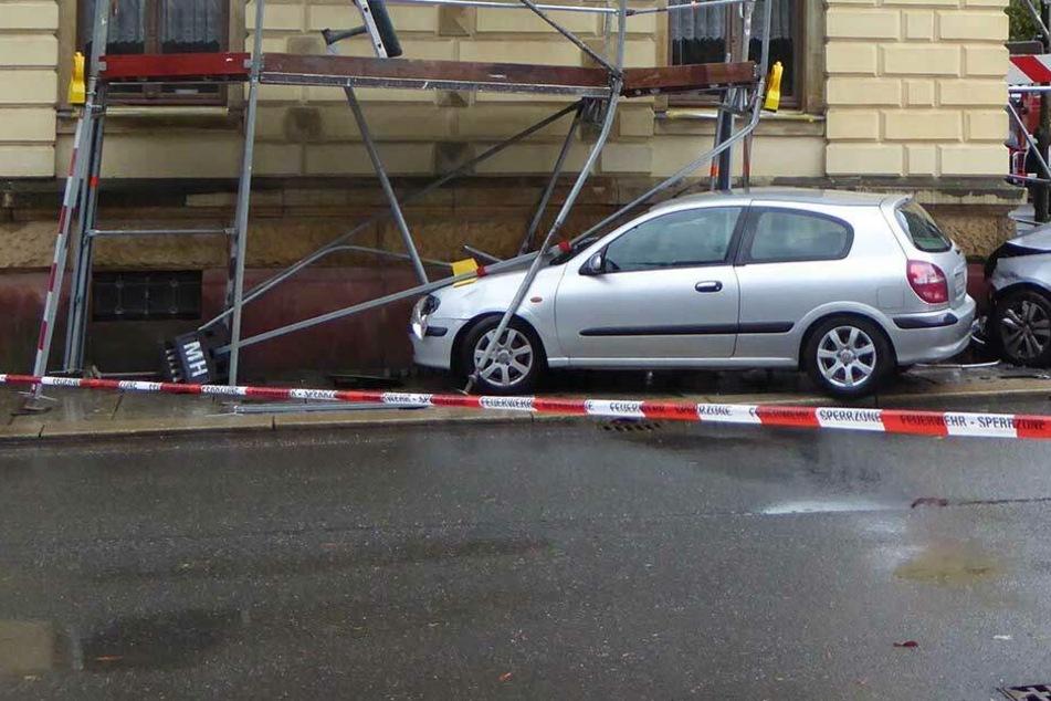 Autos krachen in Baugerüst: 28-Jährige schwer verletzt