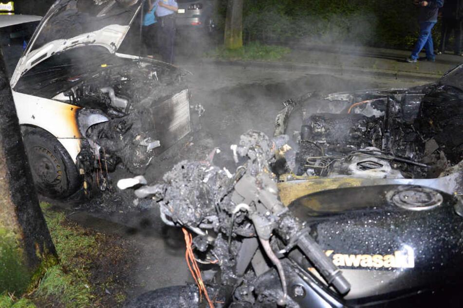 Ein Audi brannte komplett ab. Ein Kombi wurde in Mitleidenschaft gezogen.