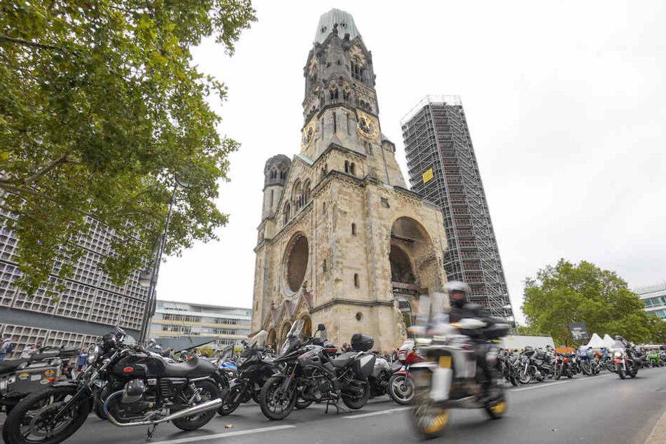 Das Gelände rund um die Kaiser-Wilhelm-Gedächtniskirche wurde am Sonntag zum großen Parkplatz.