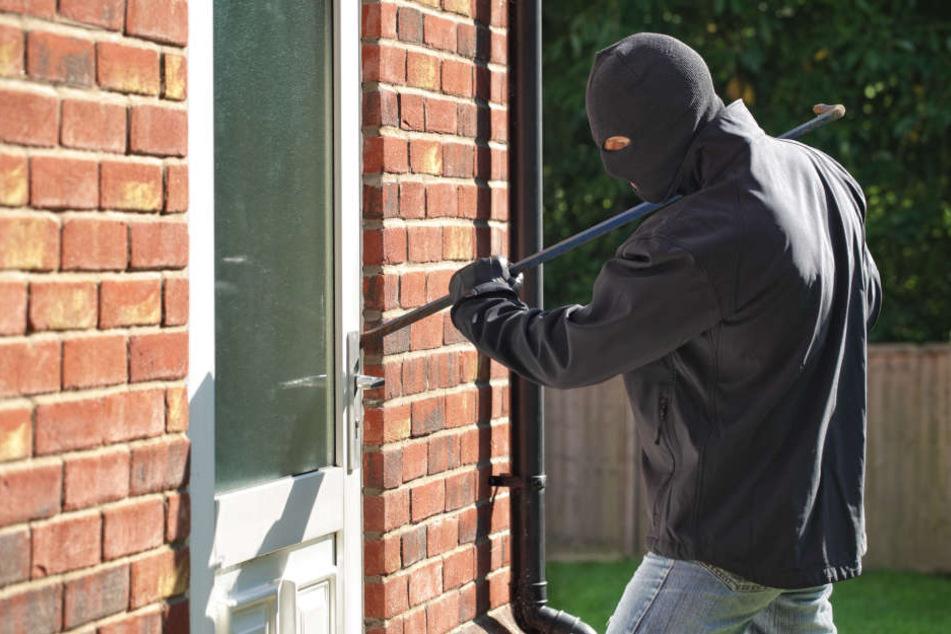 Achtung! In der Ferienzeit sind sorglos zurückgelassene Wohnungen beliebte Ziele für Einbrecher. (Symbolbild)