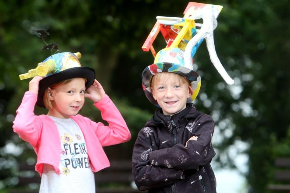 Laura (7, l.) und Oskar (7) haben sich kreative Hüte gebaut.