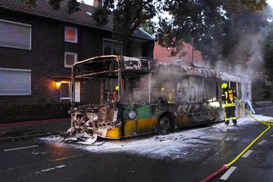 Die Einsatzkräfte löschten das Feuer, der Bus wurde komplett zerstört.
