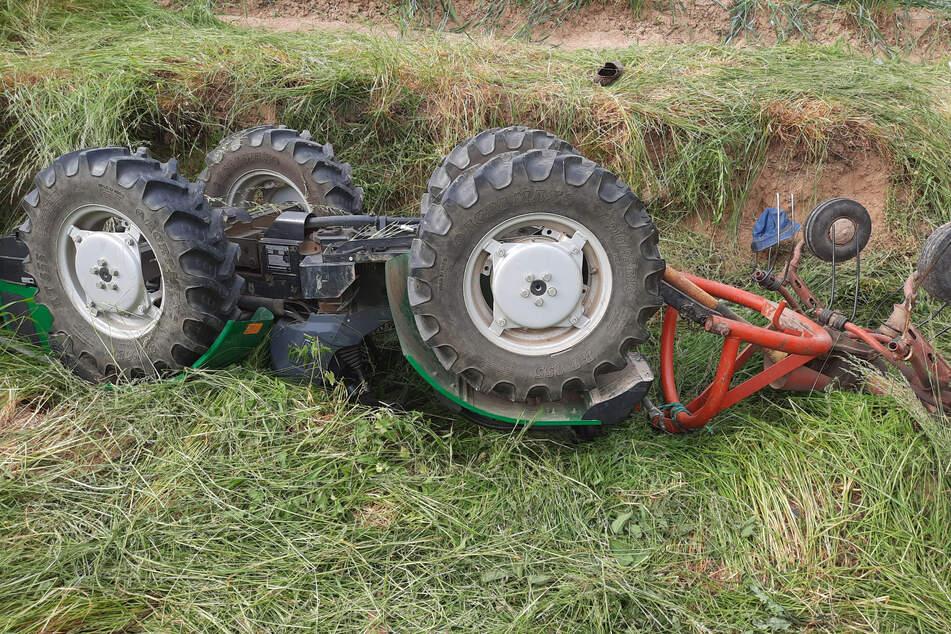 Der Traktor stürzte in diese kleine Grube.