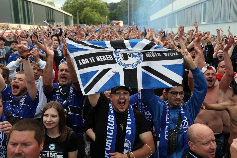 Bielefeld Fans feiern die Meisterschaft und den Aufstieg ihrer Mannschaft. (Archivfoto)
