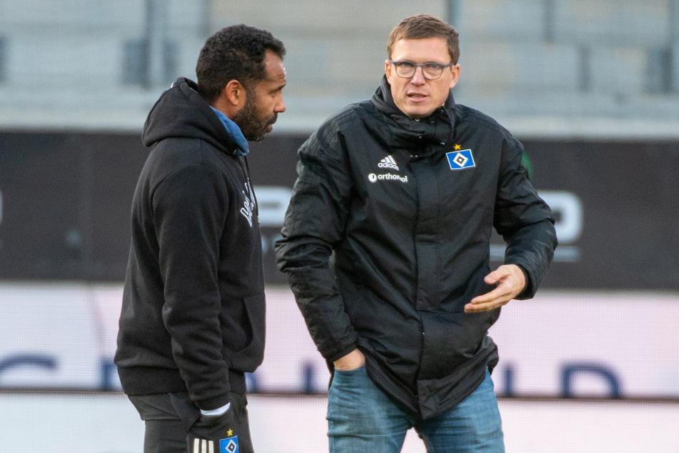 Ex-HSV-Coach Daniel Thioune (l.) im Gespräch mit Sportdirektor Michael Mutzel (41). Mutzel und Sportvorstand Jonas Boldt (39) entschieden sich für die Freistellung von Thioune. (Archivfoto)