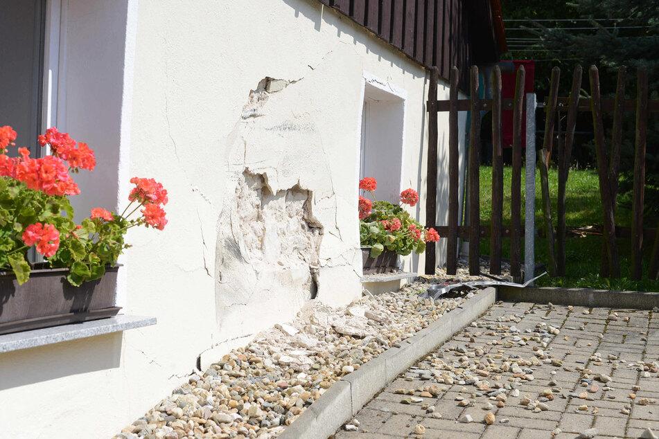 Die Wucht des Aufpralls ist an der Hauswand klar zu erkennen.