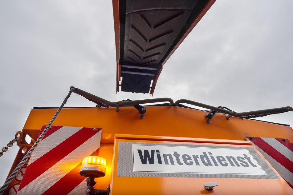 Winterdienstfahrzeug überschlägt sich: 65-Jähriger schwer verletzt