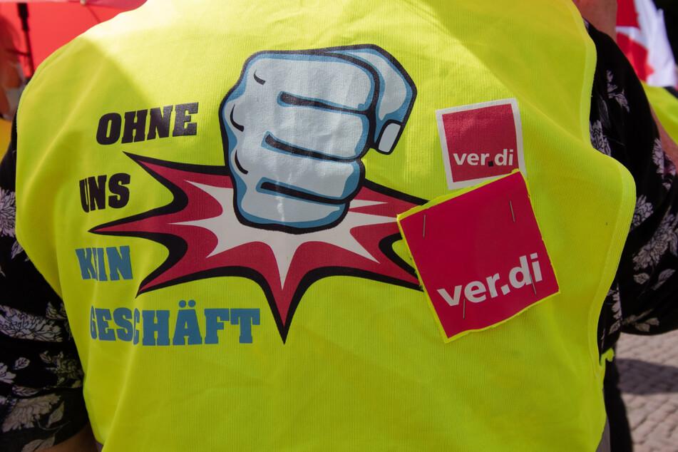 """Mit Parolen wie """"Ohne uns kein Geschäft"""" machen die Mitarbeiterinnen und Mitarbeiter im Einzelhandel auch in Freiberg und Altenburg auf sich aufmerksam."""
