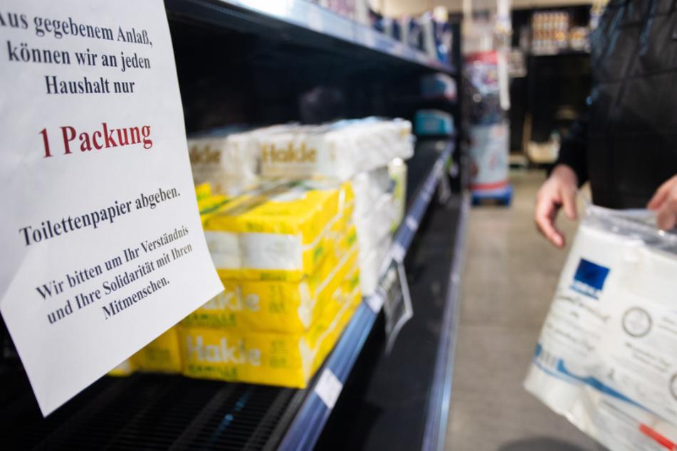 Handeln gegen Hamsterkäufe: In diesem Supermarkt in Göppingen wird darauf hingewiesen, dass nur eine Packung Klopapier pro Haushalt abgegeben wird.