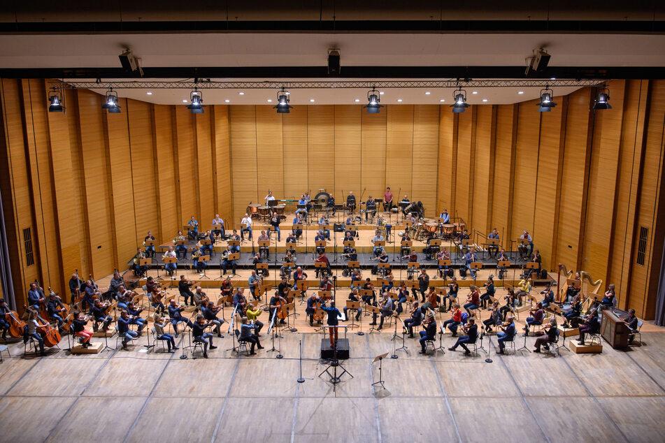 Die Bühne der Stadthalle bietet Raum für viele Musiker - selbst mit Corona-Abständen.