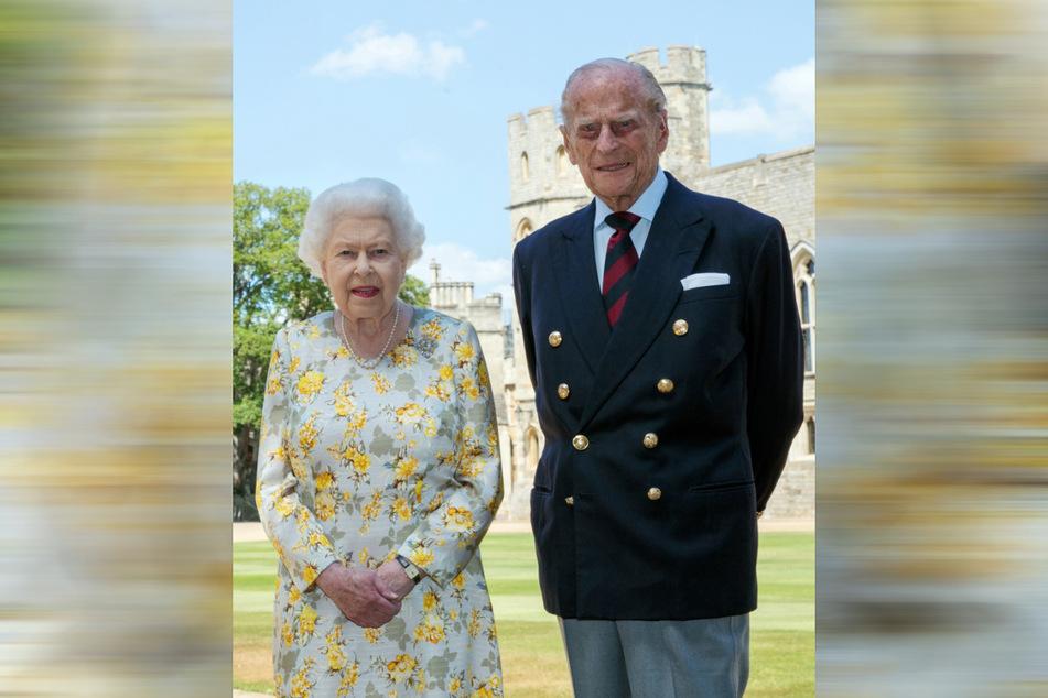 Großbritannien, Windsor: Königin Elisabeth II. von Großbritannien und Prinz Philip, Herzog von Edinburgh, stehen am 1. Juni vor Schloss Windsor.