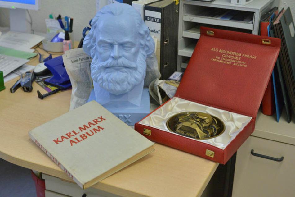 Eine himmelblaue Büste, ein Album mit einem Vorwort von Stalin und eine Medaille - das steuern Chemnitzer zur Marx-Ausstellung bei.