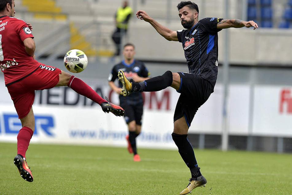 Massih Wassey (29, re.) ist aus der Startelf vom SC Paderborn nicht wegzudenken.