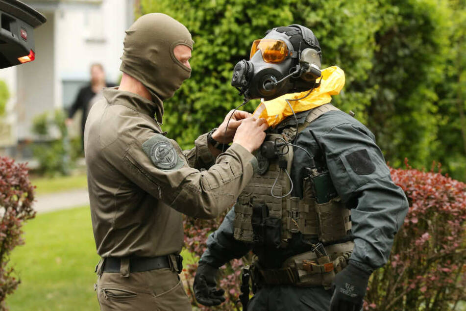 Ein Spezialeinsatzkommando bereitet sich vor dem Haus in Düsseldorf auf einen Einsatz vor.