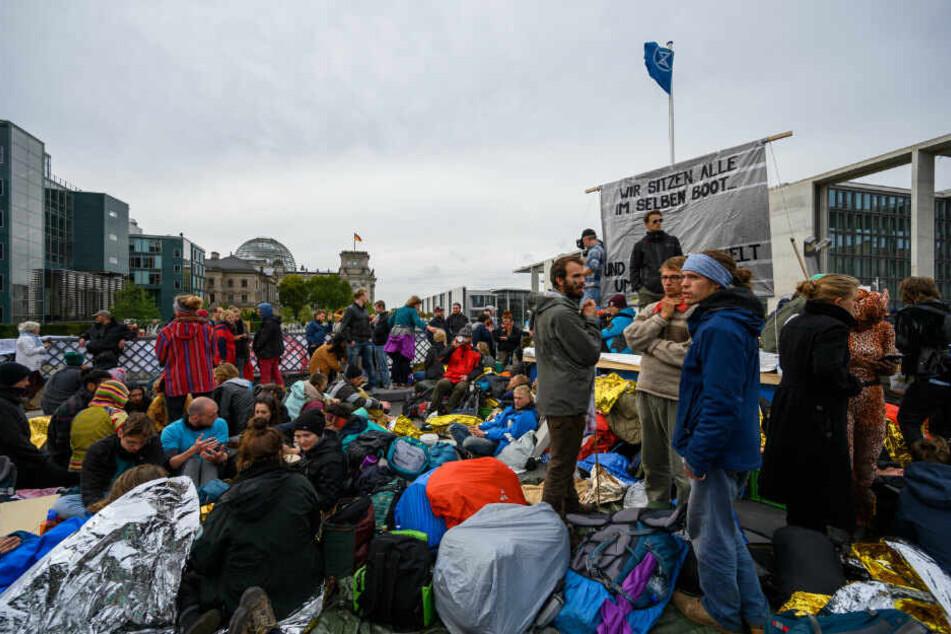 """Aktivisten der Klimabewegung """"Extinction Rebellion"""" haben während ihrer Aktionswoche """"Berlin blockieren"""" die Marschallbrücke blockiert."""