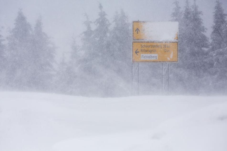 In den Hochlagen sind zusätzlich Schneeverwehungen möglich.