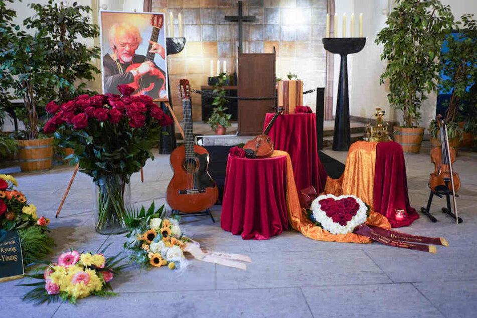 Neben der Urne von Ingo Insterburg (†84) standen außer Blumen auch Gitarre, Geige und seine Krone.