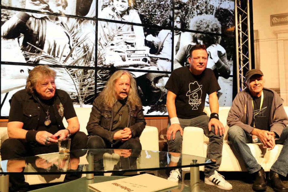 Sven Hertrampf (2.v.r.) versammelte zum 50. Geburtstag der Puhdys vergangene Woche unter anderem seinen Vater Dieter Hertrampf (74, l.), Peter Rasym (66) und Gunther Wosylus (73, r.) auf einer Bühne.