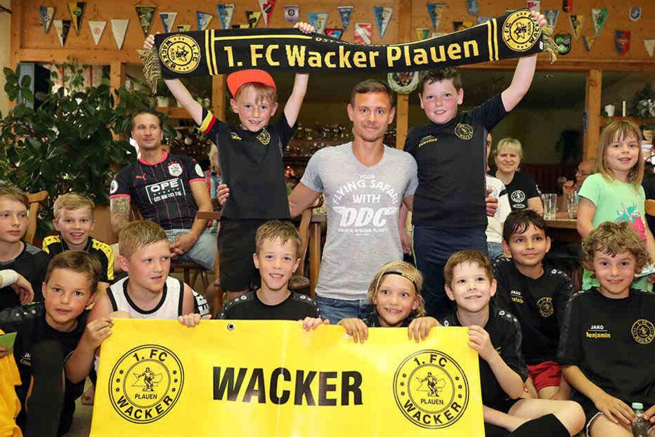 Der 1. FC Wacker Plauen ist der Heimatverein von Chris Löwe. Hier begann er mit Fußball spielen. Seine Herkunft hat er nicht vergessen. Der heutige Nachwuchs ist stolz auf ihn.