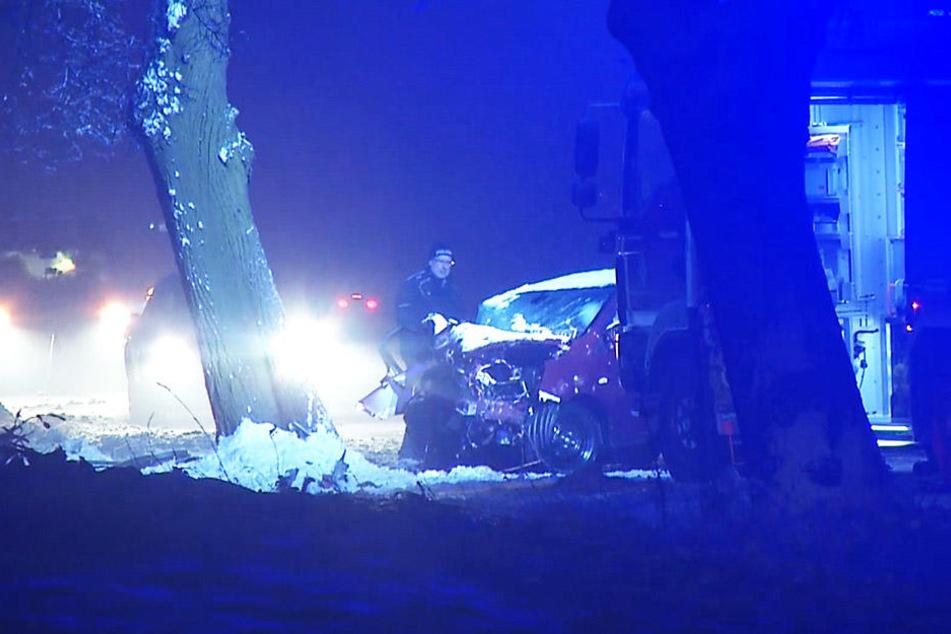 Rettunskräfte mussten die 29-Jährige aus dem Auto befreien.