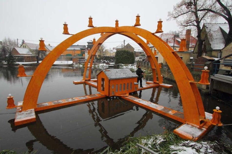 Der Schwimmende Schwibbogen ist das Aushängeschild des kleinen Weihnachtsmarktes.
