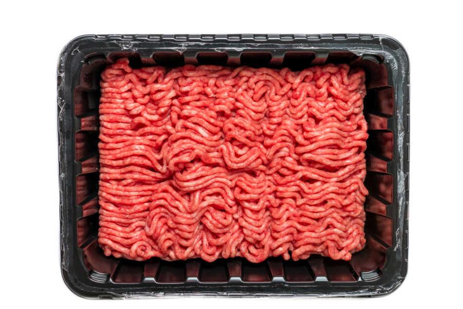 """Die 500-g-Packung von """"""""meine Metzgerei - Gemischtes Hackfleisch"""" mit den Verbrauchsdaten 27. Juli (Aldi Süd) und 28. Juli (Aldi Nord) wurde zurückgerufen (Symbolbild)."""