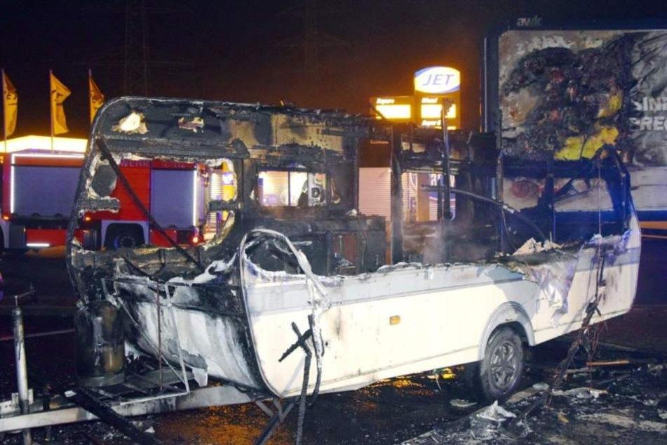 Wohnwagen fängt Feuer in Porz: Hund verbrennt