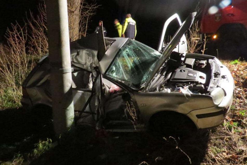 Das Auto prallte mit der Beifahrerseite gegen einen Strommasten. Für die Beifahrerin kam jede Hilfe zu spät.