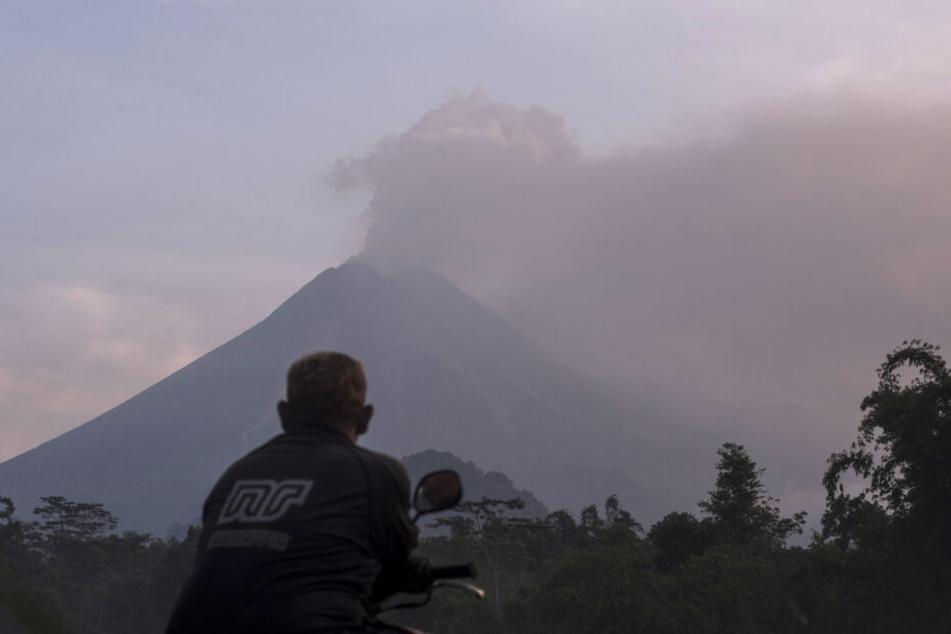 """Vulkanausbruch! """"Merapi"""" schleudert Asche über sechs Kilometer in die Luft"""