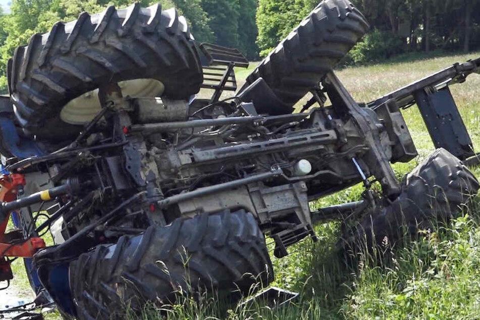 Nachbarn fanden den schwerverletzten Mann unterhalb eines Abhangs neben seinem Traktor. (Symbolbild)