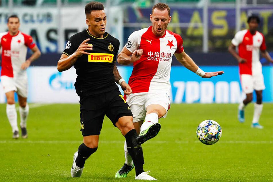 Inter-Stürmer Lautaro Martinez (l.) und Prags Vladimir Coufal kämpfen um den Ball.