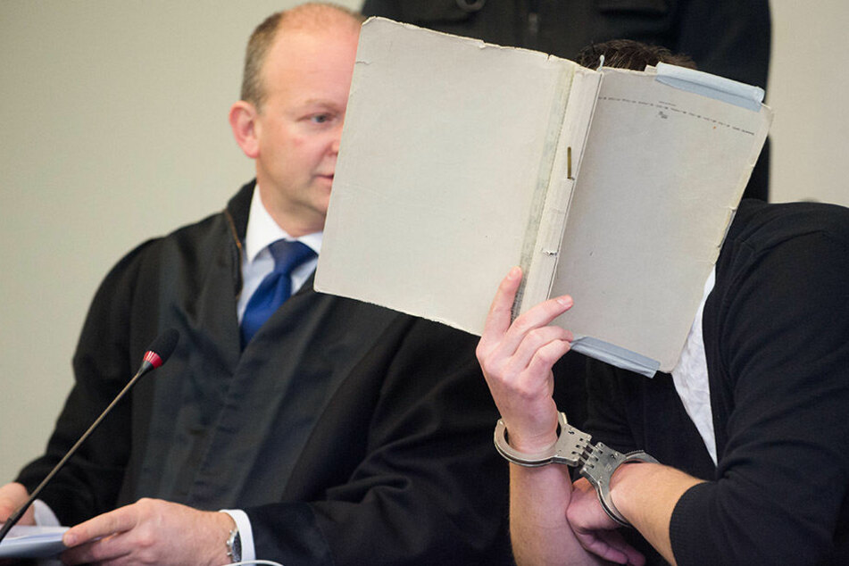 Der Angeklagte neben seinem Verteidiger während des Prozesses vor dem Landgericht Dessau-Roßlau.