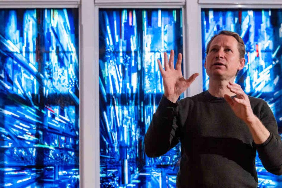 """David Schnell (47) erklärt sein Glasfenster """"Splitter"""". Die Werkschau des Leipzigers ist bis 12. Mai in den Kunstsammlungen Chemnitz zu sehen."""