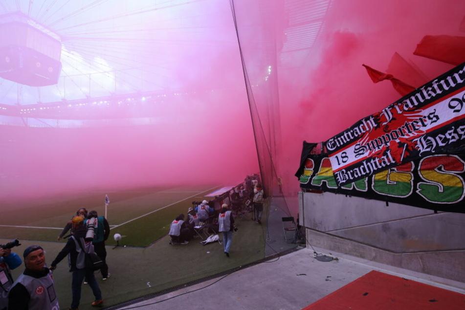 Pyrotechnik aus der Nordwestkurve der Commerzbank Arena vernebelte das Spielfeld komplett - der Anstoß verzögerte sich.