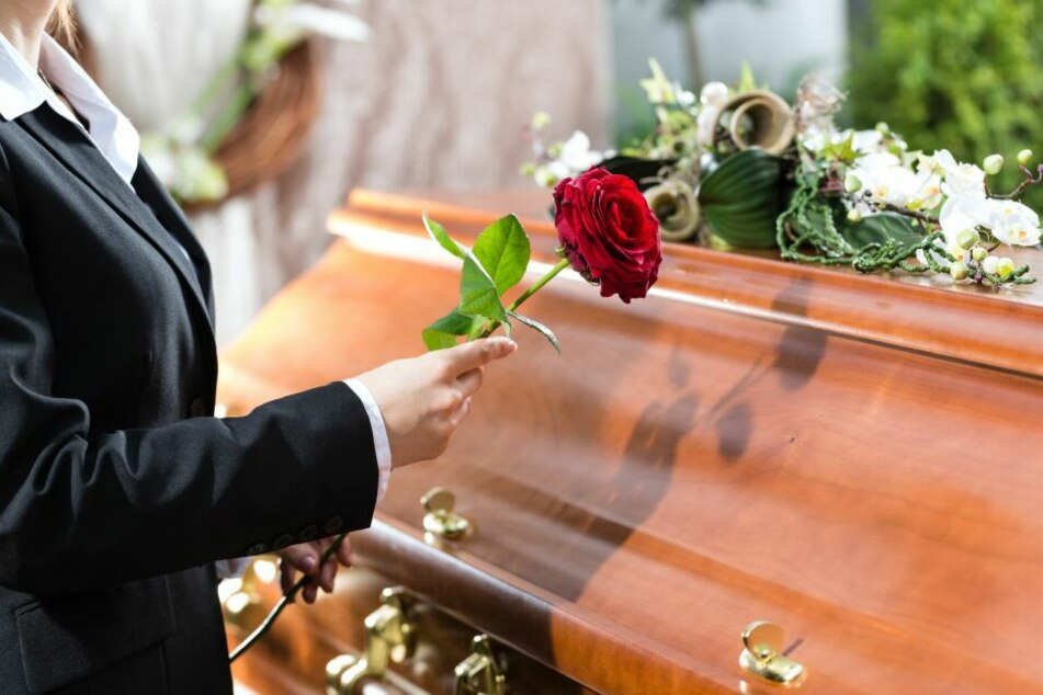 Trauerfeier-Gast kann nicht glauben, was der Priester zur Beerdigung macht