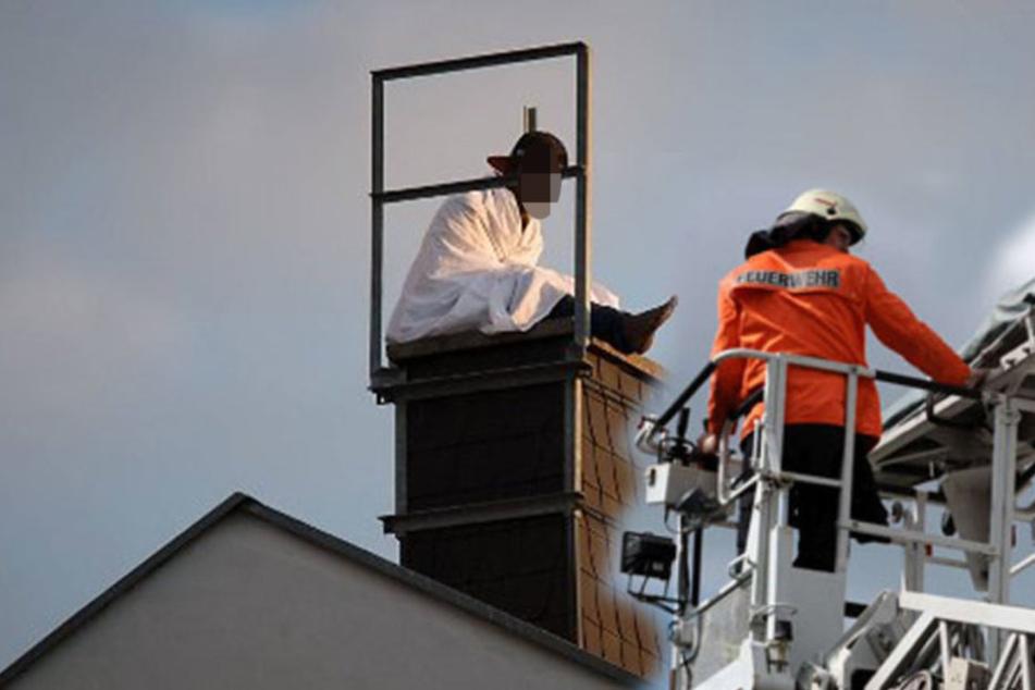 Feuerwehr, Polizei und Notarzt sind vor Ort, um sich um den Mann zu kümmern (Symbolbild).