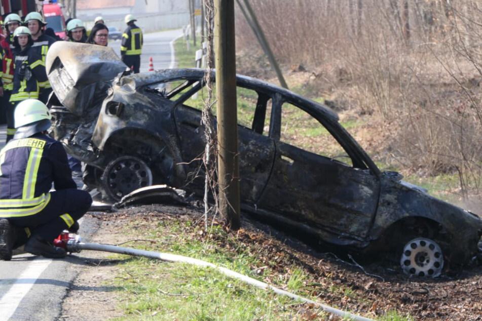 Horror-Unfall: Audi kracht gegen Mauer und fängt Feuer