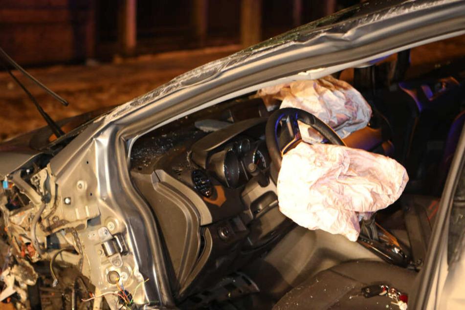 Bei dem schlimmen Crash auf der Bautzner Straße wurde das Auto der 54 Jahre alten Fahrerin komplett zerstört. Sie selbst wurde schwer verletzt.