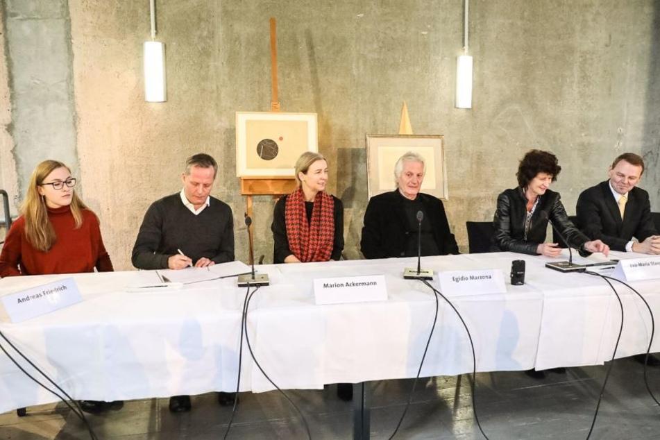 Egidio Marzonas (72, 3ter von r.) hat das Archiv der Avantgarden des 20. Jahrhunderts den Staatlichen Kunstsammlungen Dresden geschenkt.