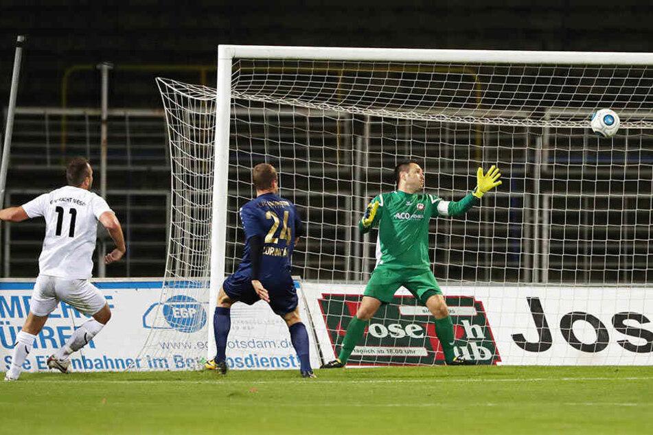 Lok Leipzigs Matus Lorincak (Mitte) eröffnete das Torfestival mit seinem Treffer in der 14. Minute.